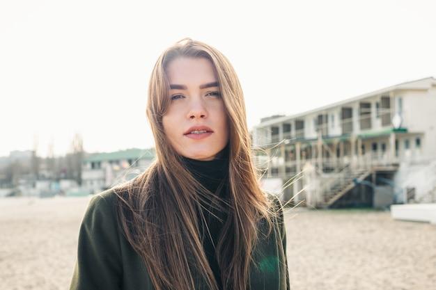 Portret van een schattige jonge vrouw met lang bruin haar