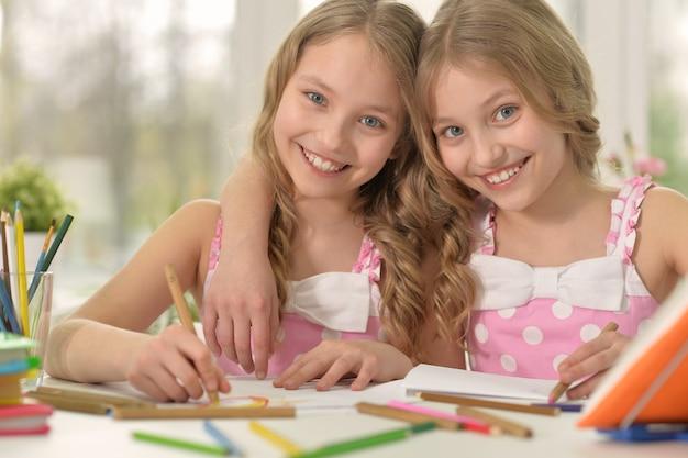 Portret van een schattige meisjes op les van kunst