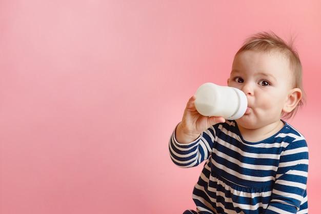 Portret van een schattige peuter consumptiemelk uit de fles
