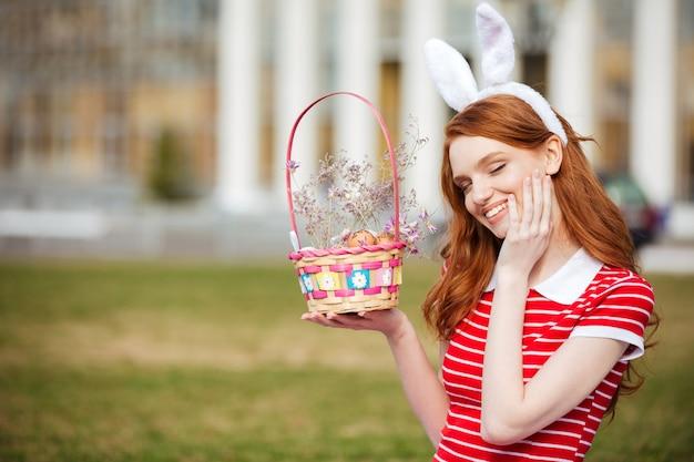 Portret van een schattige rode hoofd vrouw in bunny oren