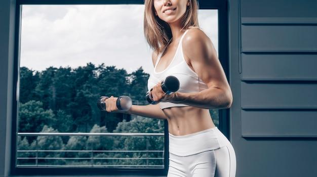Portret van een schermer tegen de achtergrond van een sportarena. rook en vonken, mystieke achtergrond. het concept van schermen. gemengde media