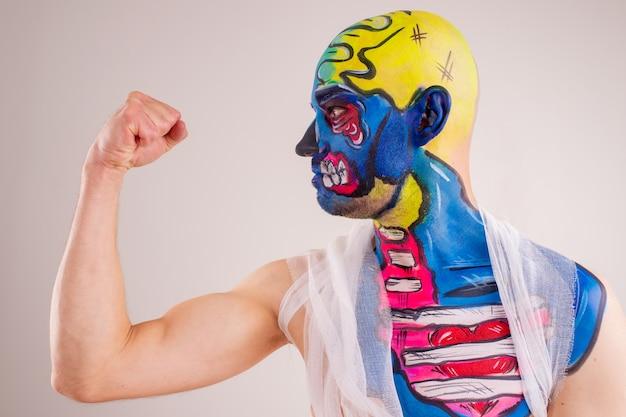 Portret van een schilderachtig mannetje met geschilderd hoofd en geïsoleerde schouder.
