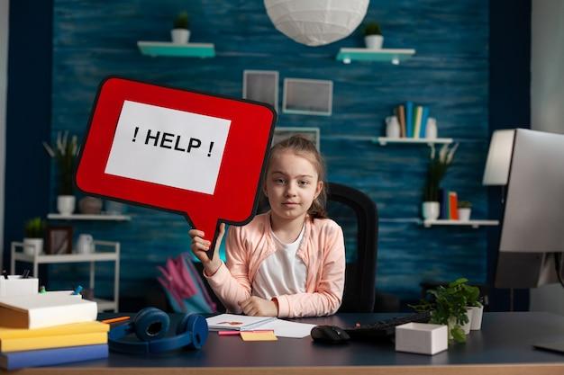 Portret van een scholier die worstelt met een probleem tijdens het werken aan wiskundig huiswerk