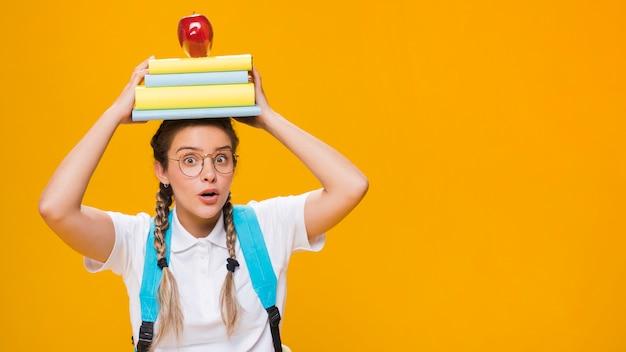 Portret van een schoolmeisje met copyspace