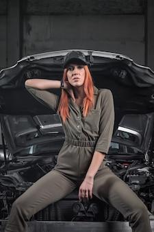 Portret van een schoonheid vrouw in korte spijkerbroek en top op een achtergrond van workshop.