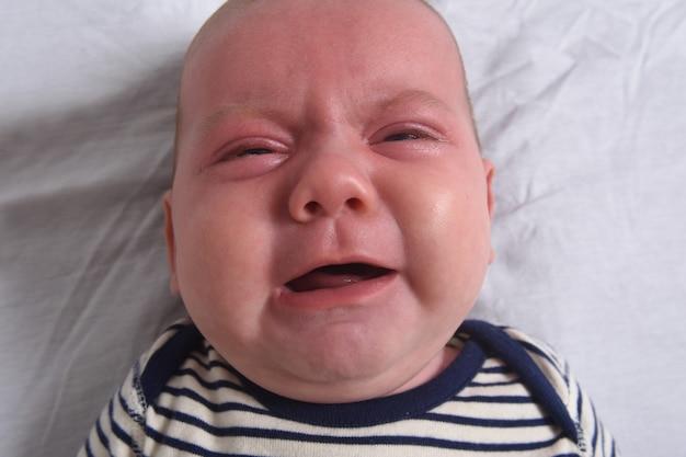 Portret van een schreeuw van de baby roodachtige huid