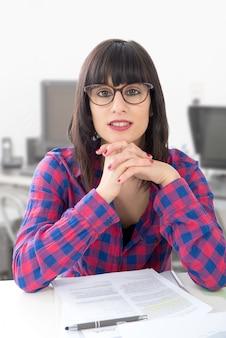 Portret van een secretaressevrouw in bureau