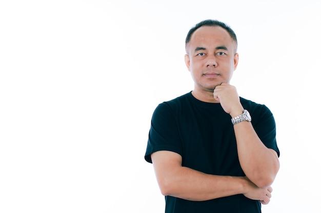 Portret van een senior aziatische man van middelbare leeftijd in een zwart t-shirt. isoleren op witte achtergrond