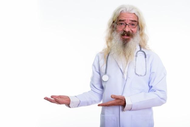 Portret van een senior bebaarde man arts bril dragen