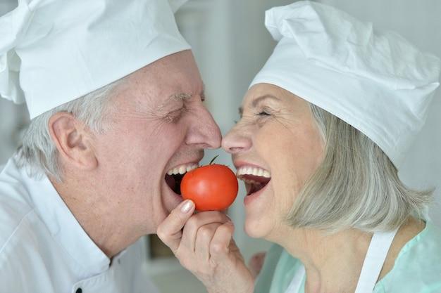 Portret van een senior chef-kokspaar in de keuken