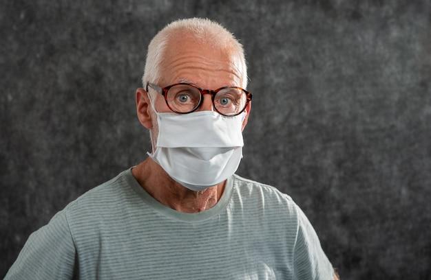 Portret van een senior man in een medisch masker
