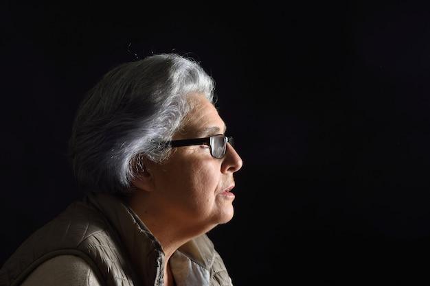 Portret van een senior vrouw op zwart