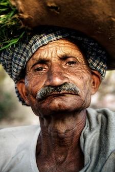 Portret van een serieuze indiase man