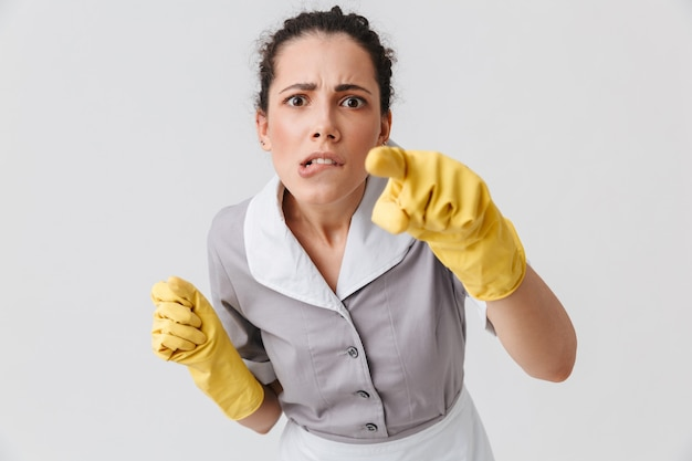 Portret van een serieuze jonge huishoudster