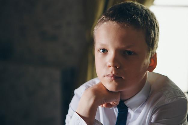 Portret van een serieuze jonge kerel. het concept van gezonde ogen, visie