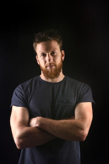 Portret van een serieuze man en met gekruiste en zwarte armen