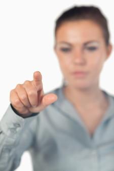 Portret van een serieuze zakenvrouw op een onzichtbare sleutel te drukken