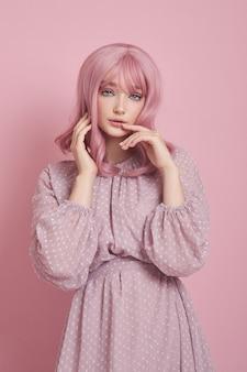 Portret van een sexy jonge vrouw met roze haren. perfect kapsel en haarkleuring. meisje met mooie blauwe ogen en lang roze haar
