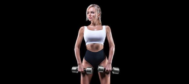 Portret van een sexy sportvrouw poseren met halters. fitness concept.