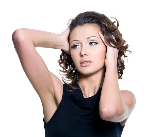 Portret van een sexy vrouw herbeautiful krullend haar aan te raken