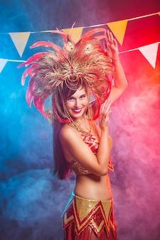 Portret van een sexy vrouw in een kleurrijk weelderig carnaval-kostuum