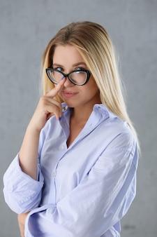 Portret van een sexy vrouw in het shirt van een man