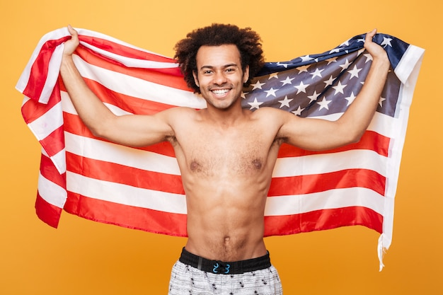 Portret van een shirtless afro-amerikaanse man met vlag van de verenigde staten