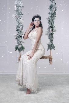 Portret van een slecht uitziende koningin met vallende sneeuw