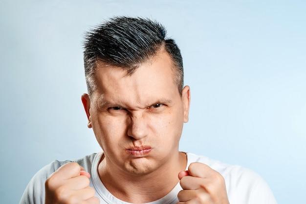 Portret van een slechte man, spreekt teleurstelling uit.