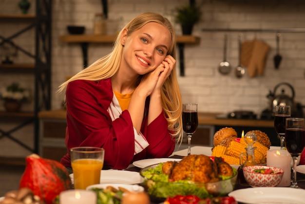Portret van een smileyvrouw die camera bekijkt