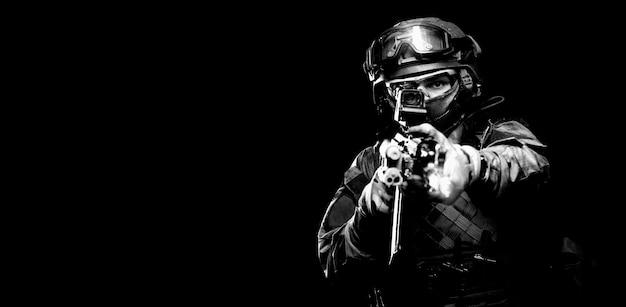 Portret van een soldaat van de special forces die op een collimator mikt op een machinegeweer. het concept van speciale militaire eenheden. computer spelletjes. gemengde media