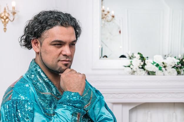 Portret van een sombere mannelijke danseres in zigeunerkostuum. foto met kopieerruimte