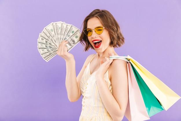 Portret van een speelse jonge vrouw in zonnebril