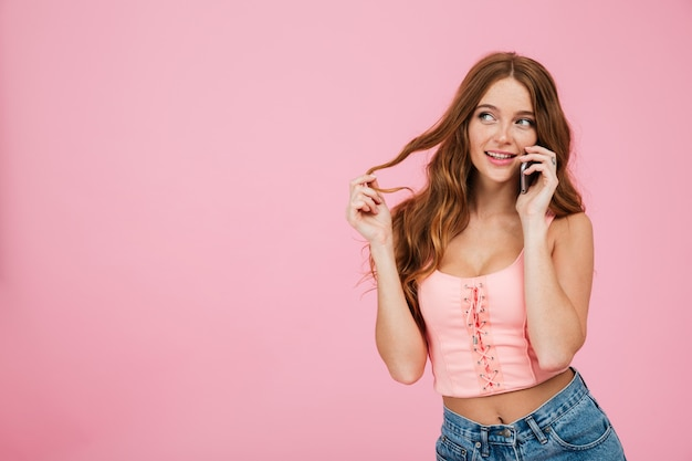 Portret van een speelse mooie vrouw in zomer kleding
