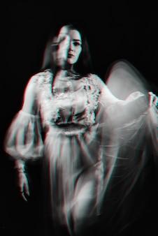 Portret van een spookmeisje in een jurk. zwart-wit anaglyph met 3d virtual reality glitch-effect