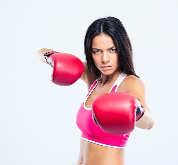 Portret van een sportieve vrouw met bokshandschoenen