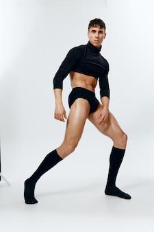 Portret van een sportman in korte broek in volle groei op een lichte achtergrondmodel trui