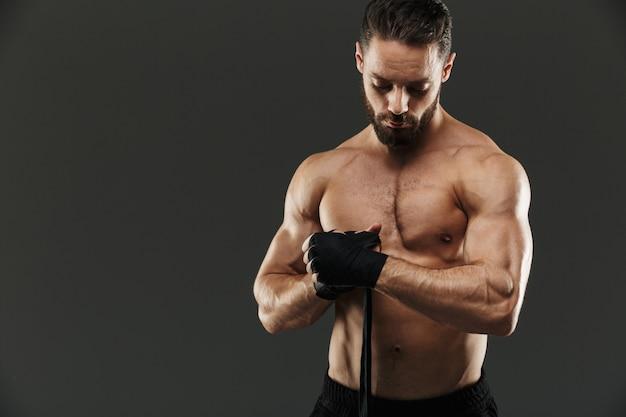Portret van een sterke shirtless gespierde sportman