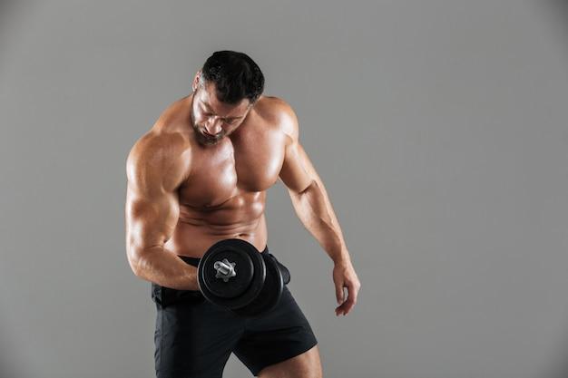 Portret van een sterke shirtless mannelijke bodybuilder