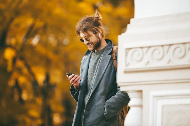 Portret van een stijlvolle bebaarde man in oortelefoons