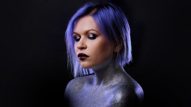 Portret van een stijlvolle en gedurfde jonge vrouw met paars haar