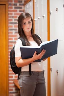 Portret van een student die een boek leest