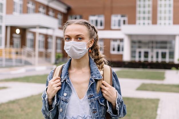 Portret van een student die in een medisch masker draagt