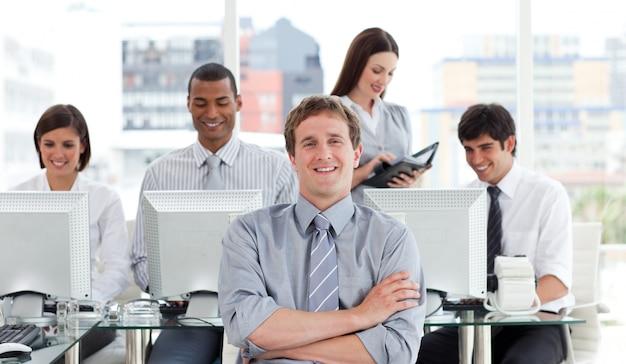 Portret van een succesvol commercieel team op het werk