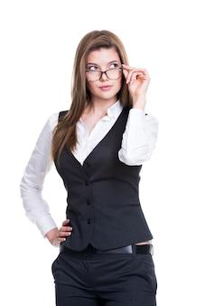 Portret van een succesvolle bedrijfsvrouw die omhoog in een grijs kostuum en glazen kijkt - dat op wit wordt geïsoleerd.