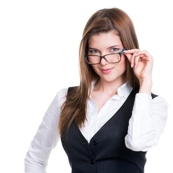 Portret van een succesvolle bedrijfsvrouw in een grijs kostuum en glazen - dat op wit wordt geïsoleerd.