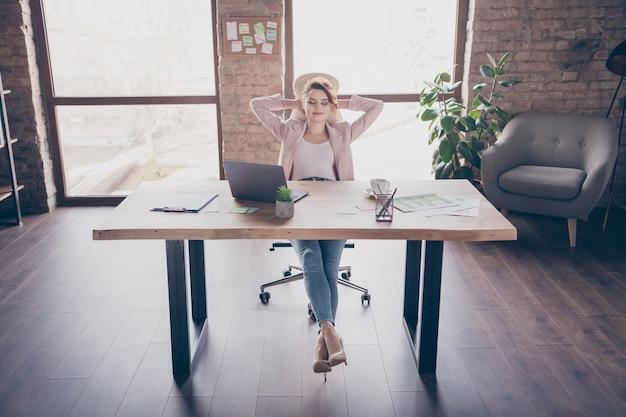 Portret van een succesvolle dame ondernemer zittend in stoel rusten