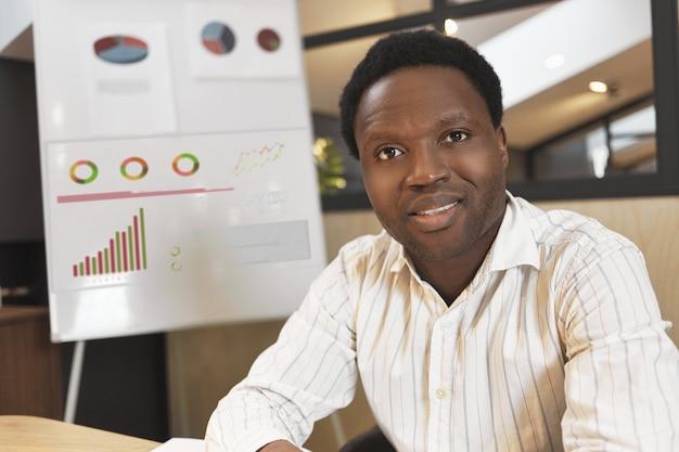 Portret van een succesvolle, ervaren afro-amerikaanse marketingexpert in stijlvolle formele kleding