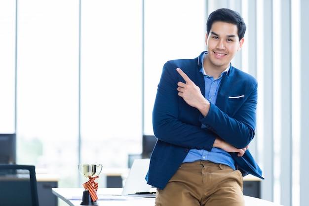 Portret van een succesvolle jonge aziatische zakenman
