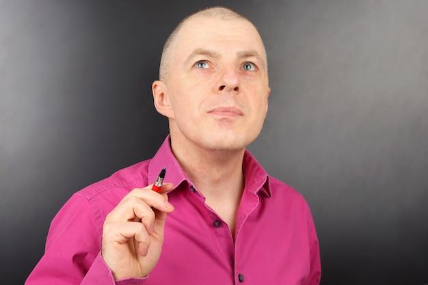 Portret van een succesvolle jonge man met een pen in zijn hand